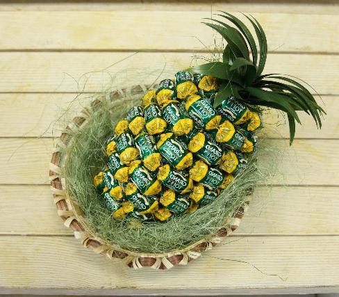 Новогоднее украшение из конфет