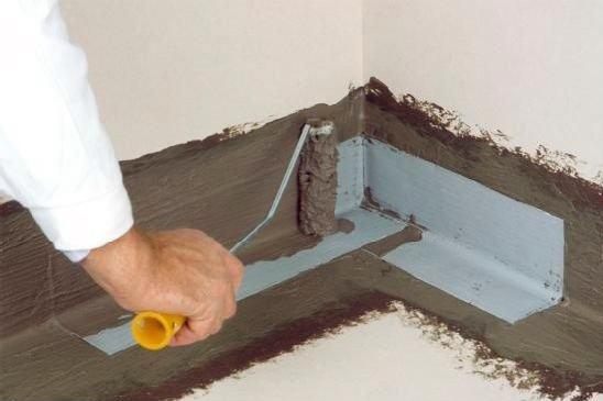 Как заделать щели между полом и стеной