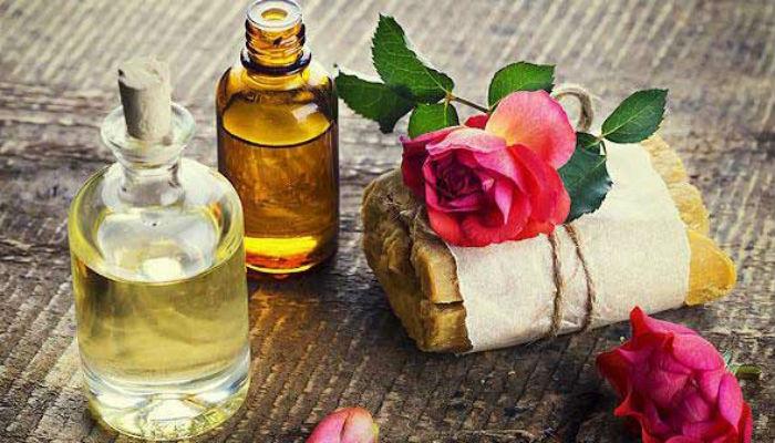 """aromatnaya-kvartira 1. Аромат свежести.  Перед тем, как начать пылесосить, смочите несколькими каплями лаванды кусочек ваты и втяните его пылесосом. Пылесос по пути своего следования везде будет оставлять нежный """"провансальский"""" аромат. Аромат при этом может быть заменен на любимый вами - например, апельсиновое масло добавит свежий запах цитрусов, хвойное масло создаст атмосферу прохлады тенистого соснового бора.  2. Чистый холодильник.  Смочите 1 каплей эфирного масла лаванды и 1 каплей масла лимона пористый камень из обожженной глины или обычную марлю (в этом случае эфирные масла быстрее испарятся) и поместите их на дверцу холодильника. Периодически обновляйте эфирные масла.  3. Свежая мусорная корзина.  Вымойте и просушите корзину для мусора, капните 1 каплю масла лаванды и 1 каплю чайного дерева на аромакамень, кусочек марли или ватный тампон и положите на дно.  4. Как """"освежить"""" микроволновку.  Капните 3 каплю эфирного масла лимона или мяты в емкость с водой. Поставьте на 3 минуты.  5. Благоухающий туалет.  Используйте небольшую полочку, куда можно положить 2-3 аромакамня размером с маленькое печенье. Капните на камни масла лаванды, иланг-иланга или сосны. Обновляйте их каждую неделю. Это наполнит туалет нежным запахом и оздоровит атмосферу.  Чтобы прочитать статью дальше, перейдите на следующую страницу, нажав ее номер ниже.   6. Приятное белье.  Есть 2 способа: или вы добавляете в сушилку для белья махровую варежку, на которую капаете 7 капель лаванды, мяты, розы или эвкалипта (или любое другое масло, ваше любимое), либо добавляете 3 капли тех же масел в воду для добавления в утюг.  ! Эфирные масла – нежирные и не испачкают ваше белье!  7. Любые поверхности.  Добавьте 30 капель масла лаванды, чайного дерева и/или лимона (30 капель – всего, а не каждого!) в 1 л уксуса. Как следует встряхните. Этот простой и экономичный состав отлично очищает и дезинфицирует любые поверхности. Этим же составом протирайте пепельницы.  8. Удаление накипи и неприятных запахов в мо"""