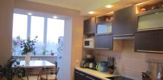 Интерьер кухни с теплым полом и холодильником на балконе