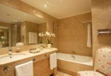 Процесс уборки ванной комнаты за 5 минут