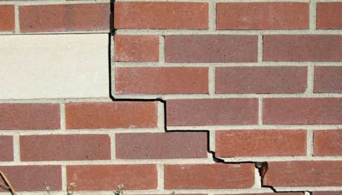 Как заделать трещину в стене дома