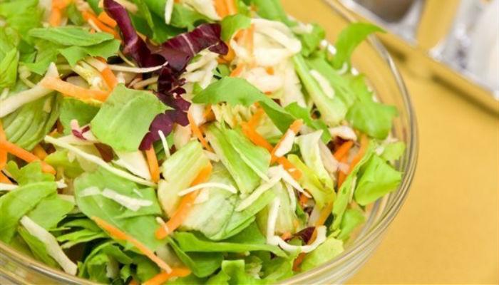 Салат овощной с яблоками