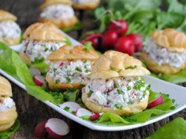 Закусочные профитроли с лососем и сливочным сыром