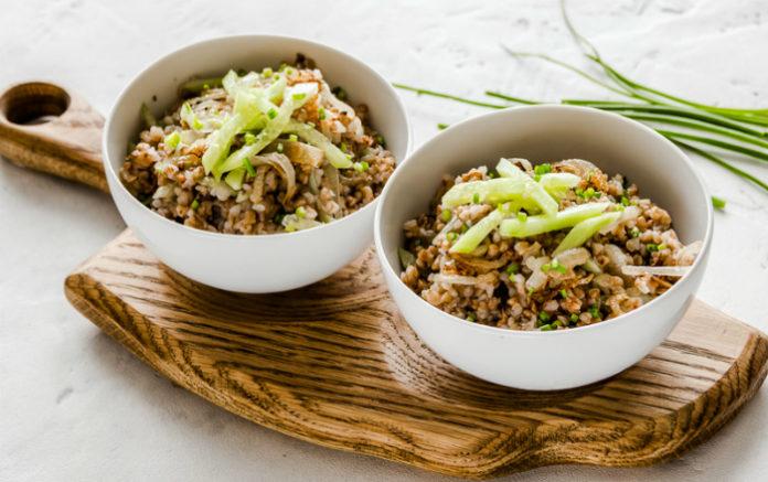 Рецепт приготовления гречки с жареным луком и свежим огурцом
