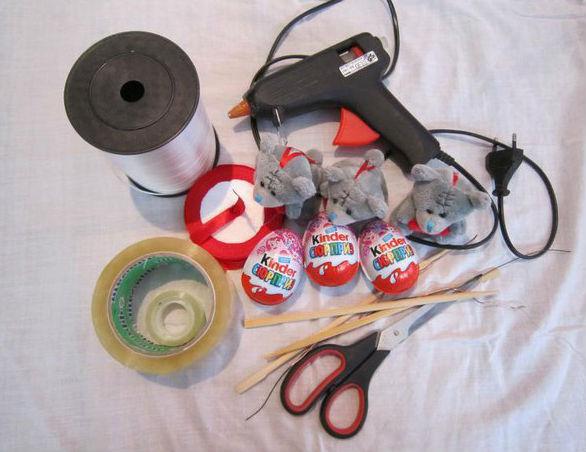 Букет из киндер-сюрпризов и мягких игрушек
