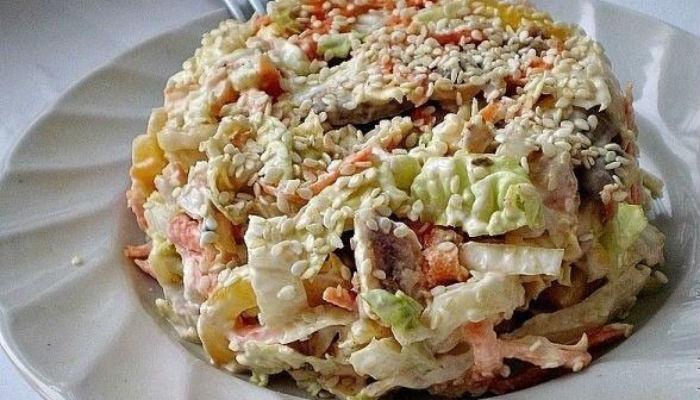 """Гурманы точно оценят: салат с пекинской капустой """"Переполох"""""""