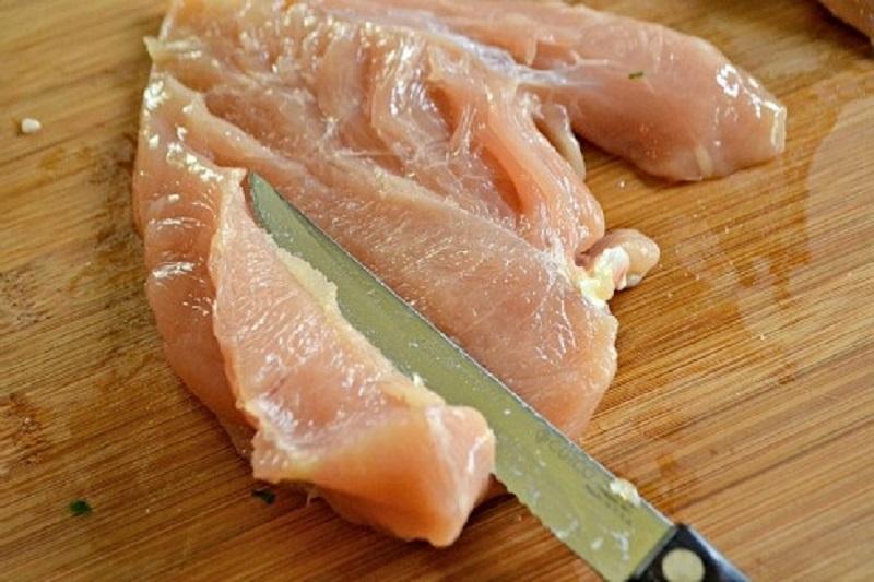 Куриный рулет с творогом и зеленью: лучшая замена магазинной колбасе
