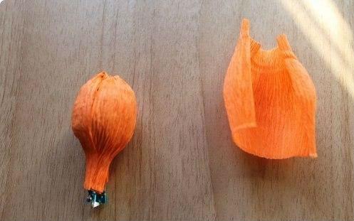 Нарциссы из гофрированной бумаги и конфет