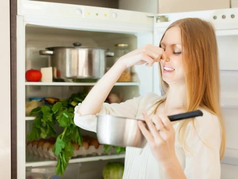 Неприятный запах в холодильнике: что делать?