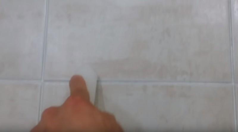 Он потер свечой межплиточные швы в ванной. Причина тому удивительна!