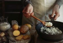 Почему еда прилипает к сковороде