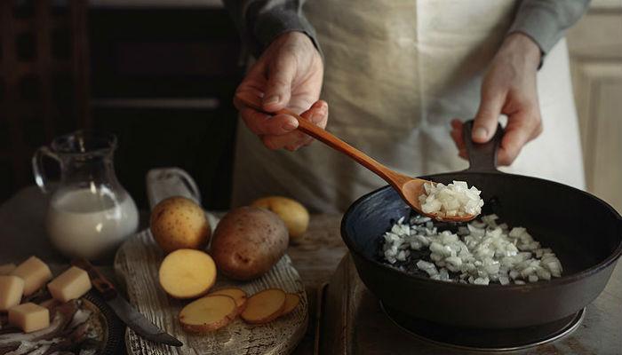Почему к сковороде прилипает картошка