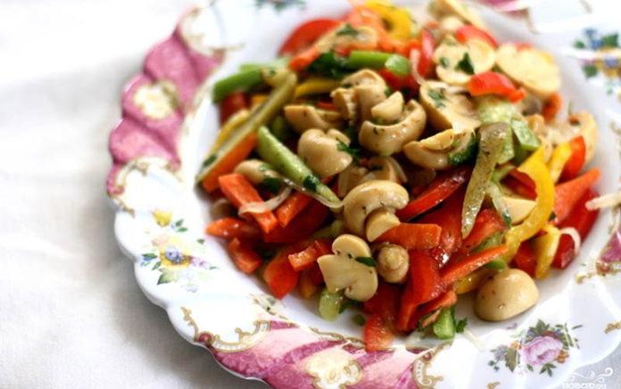 Простой рецепт салата из маринованных грибов с овощами