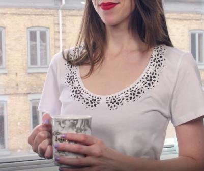 Как превратить простую футболку в элегантную блузу с помощью этого простого трюка