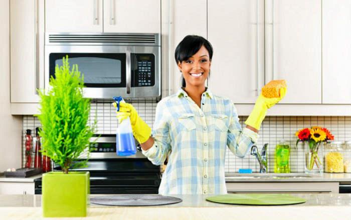 Она добавила немного перекиси водорода в средство для мытья – теперь уборку можно сделать в 2 раза быстрее!
