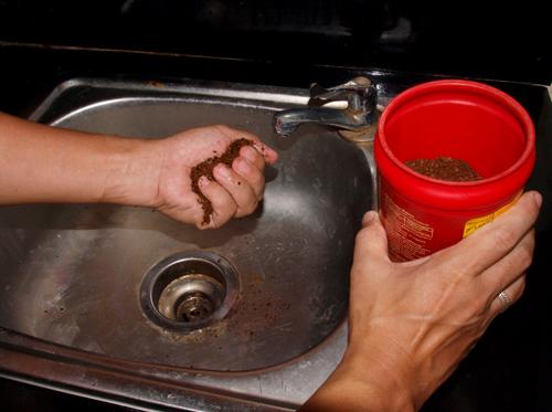 Вместо того, чтобы выбрасывать остатки кофе, вы должны положить в сковородку и сделать это