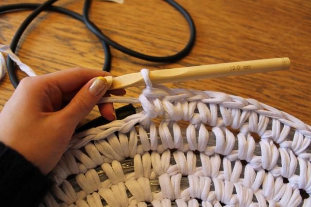 Женщина обвязала крючком светодиодный шнур - результат сказочный!