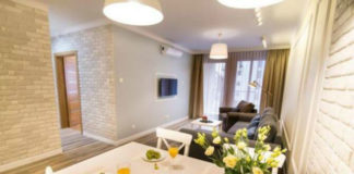 Интерьер двухкомнатной квартиры с большой кухней-гостиной