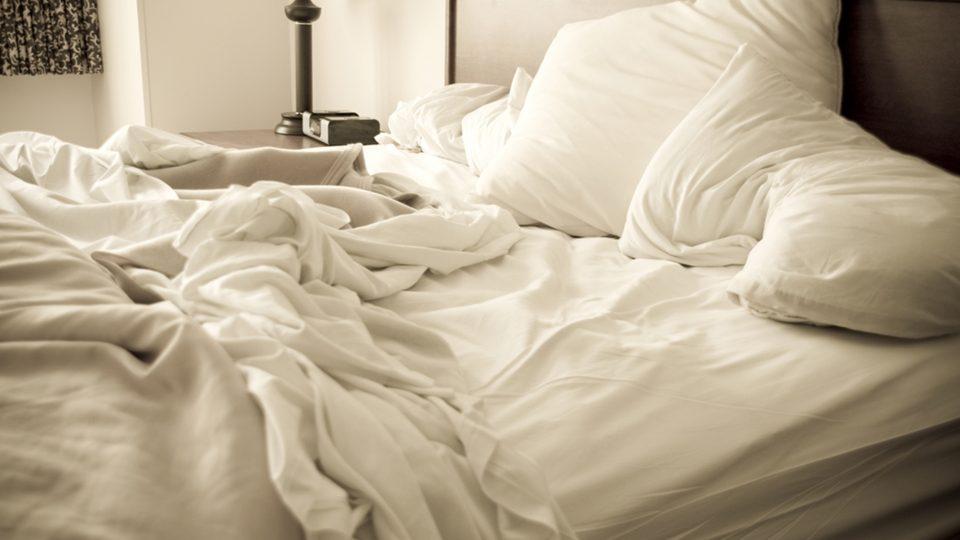Почему не нужно заправлять кровать