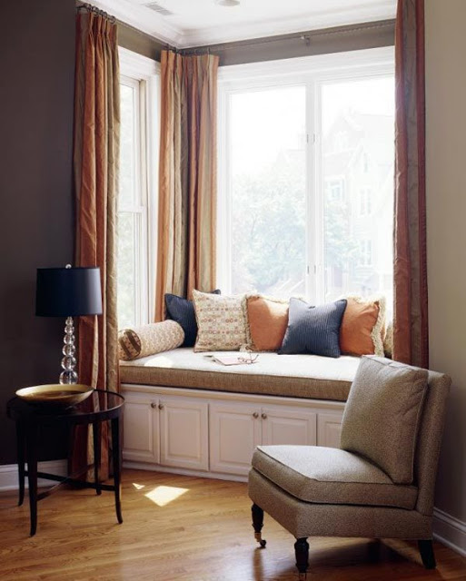 Как обустроить сидение у окна