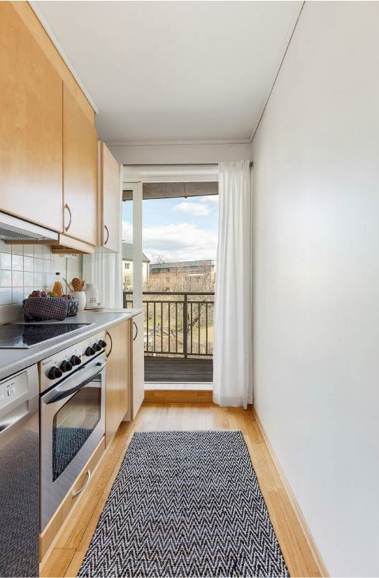 Удачные примеры оформления штор на кухне с балконом
