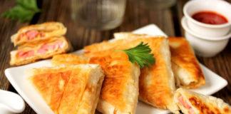 Слоеная закуска из лаваша с помидорами и колбасой (видео)