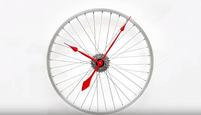 Часы из старого велосипедного колеса