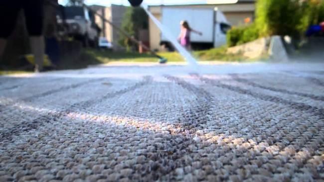 Чистка ковра на улице летом