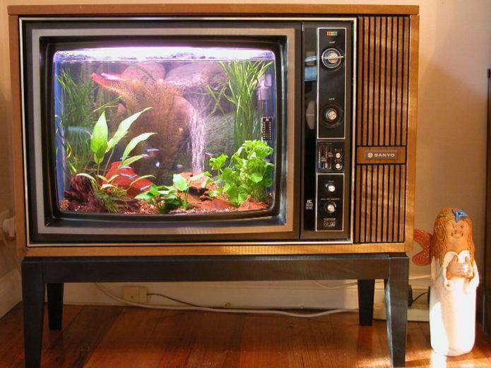 Декор аквариума из старого телевизора