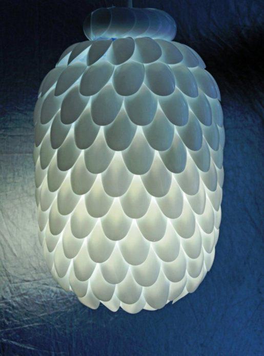 Декор светильника из пластиковых ложек