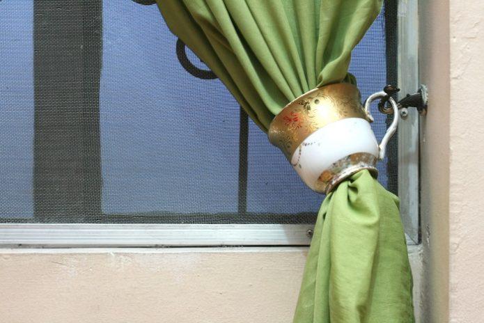Держатель для занавески из винтажной чашки