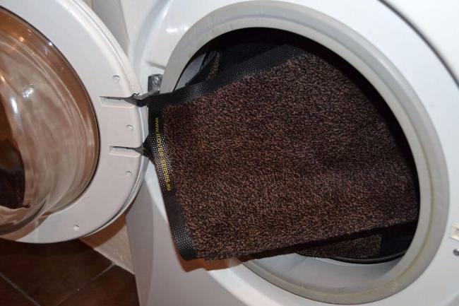 Для такого метода чистки подходят только небольшие ковры