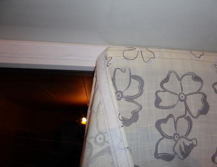 как приклеить штору на липучке на пластиковое окно