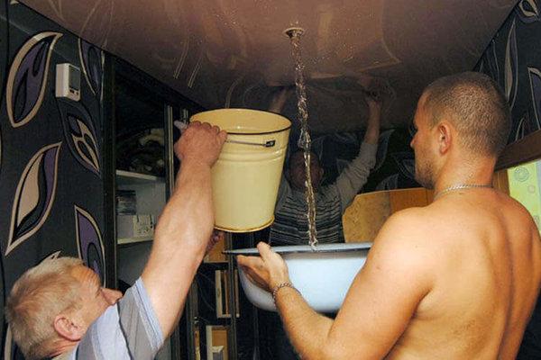 Берем ведерко побольше и аккуратно перекатываем воду к отверстию.