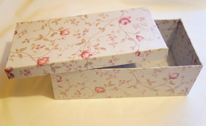 Коробка обклеенная бумагой с рисунком