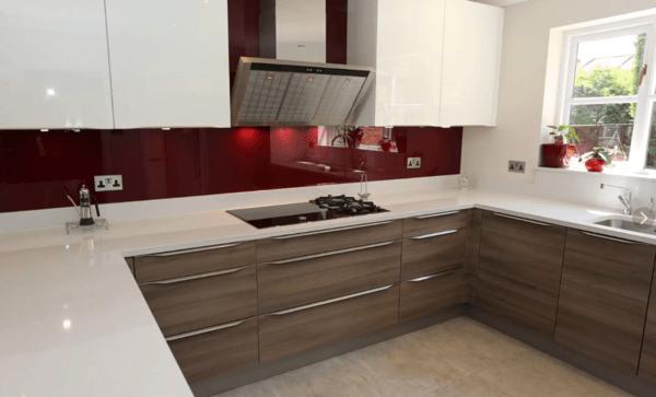 Кухня в тренде: белая столешница и однотонный фартук из скинали