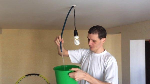 Либо же взять шланг и с его помощью откачать воду (принцип сообщающихся сосудов).