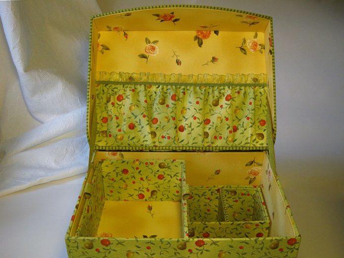 Оригинально украшенная шкатулка из картонной коробки