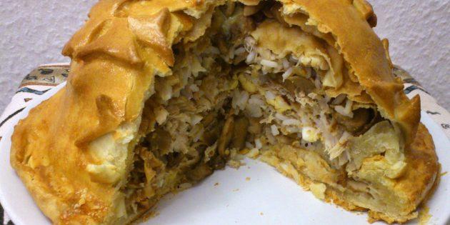 Рецепт: Курник из бездрожжевого теста с блинами, рисом, грибами и сыром