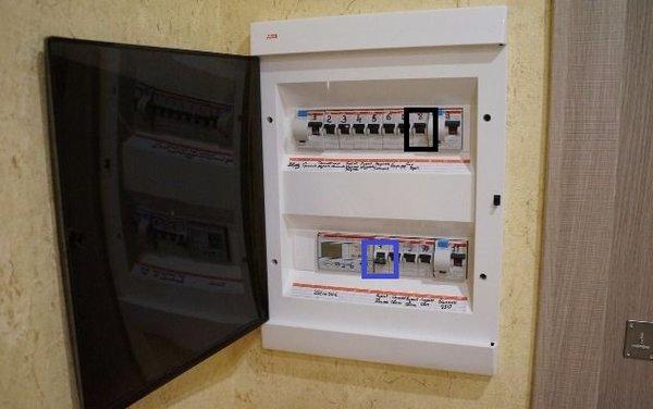 рубильник вверх - вкл. (отмечено черным) рубильник вниз - выкл. (отмечено синим)