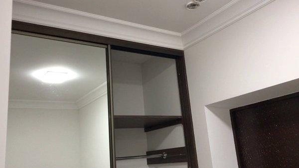 Встроенный шкаф, внутри гипсокартон на потолке.