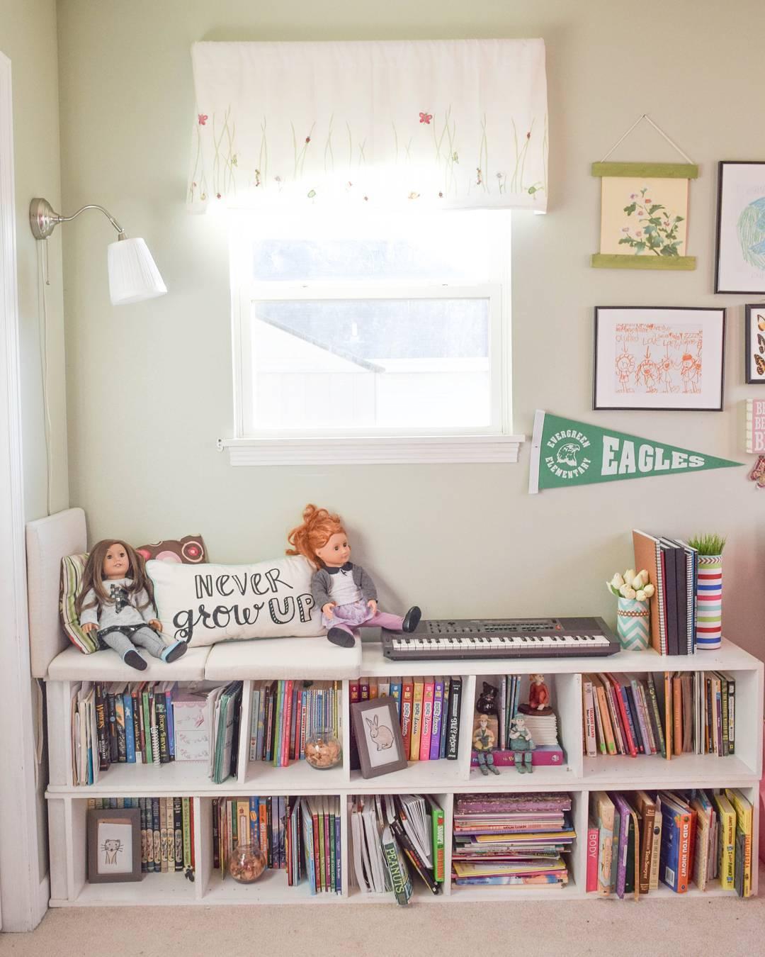 Горизонтально расположенный стеллаж в детской комнате
