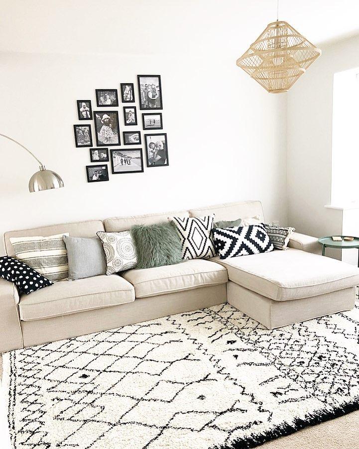 Гостиная с диваном у стены: фото
