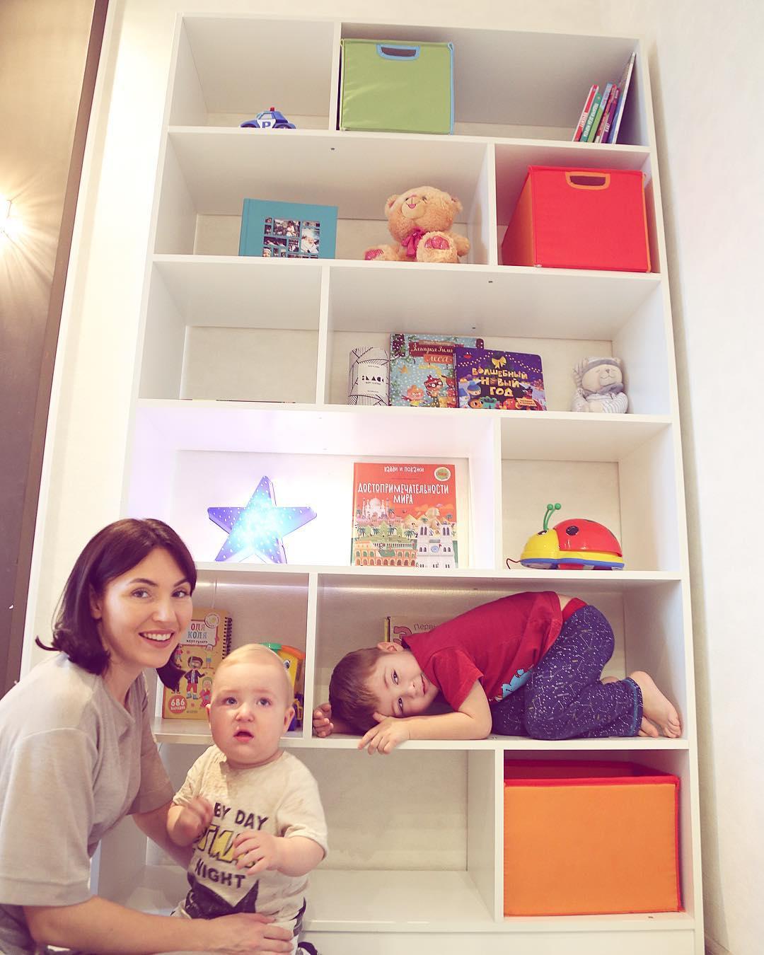 Стеллаж в детской комнате: фото