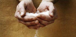 Почему стоит мыть пол солевым раствором