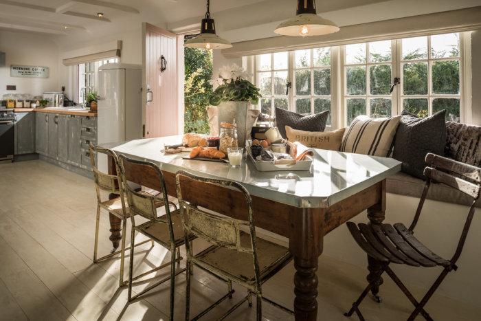 Обеденный стол с видом на кухню. | Фото: phiconcepts.co.uk.