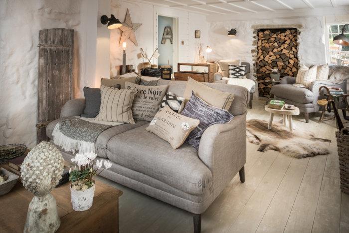Удобная мягкая мебель стоит на деревянном полу, украшенном шкурами зверей. | Фото: phiconcepts.co.uk.