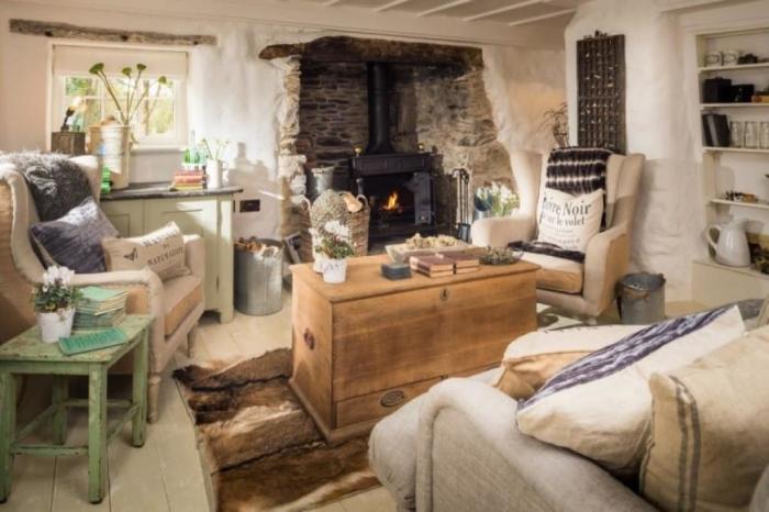 В гостиной тепло и уютно. | Фото: lesmaisons.co.