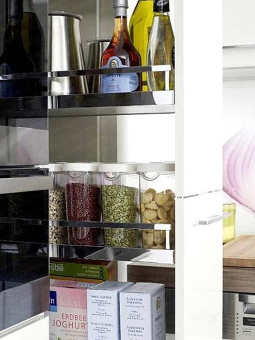 Здесь можно хранить масло в бутылках, каши в упаковках, банки небольшие с разным содержимым.